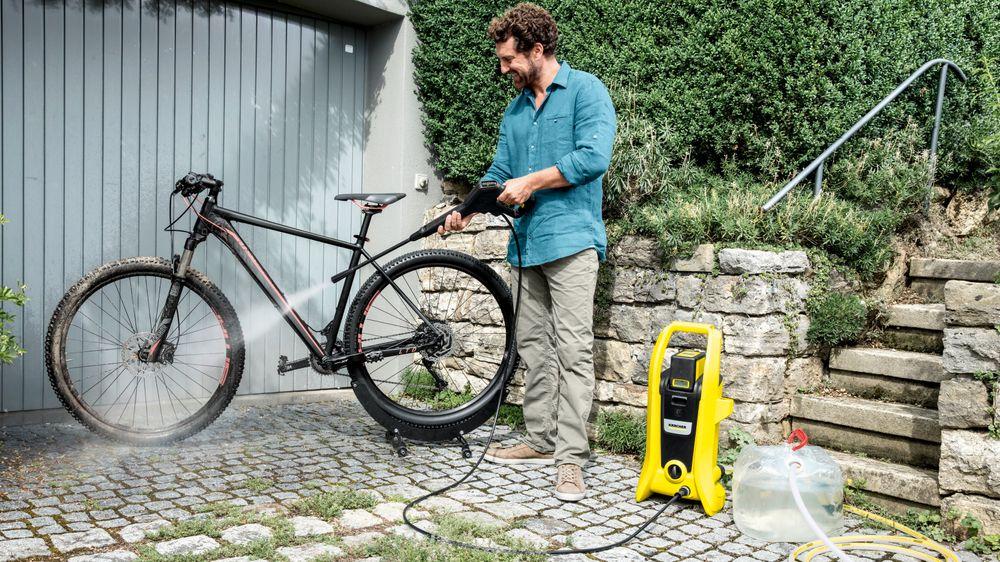 Høytrykkspylere på batteridrift er en realitet, og et godt alternativ der man ikke har strøm. De kan også hente vann fra en tank om det også mangler.