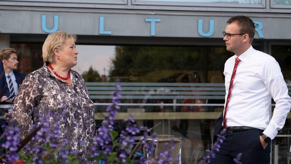 Statsminister Erna Solberg (H) og barne- og familieminister Kjell Ingolf Ropstad (KrF) hadde med seg et løfte om utvidet permitteringsperiode da de kom til Arendal og partilederdebatt sist uke.
