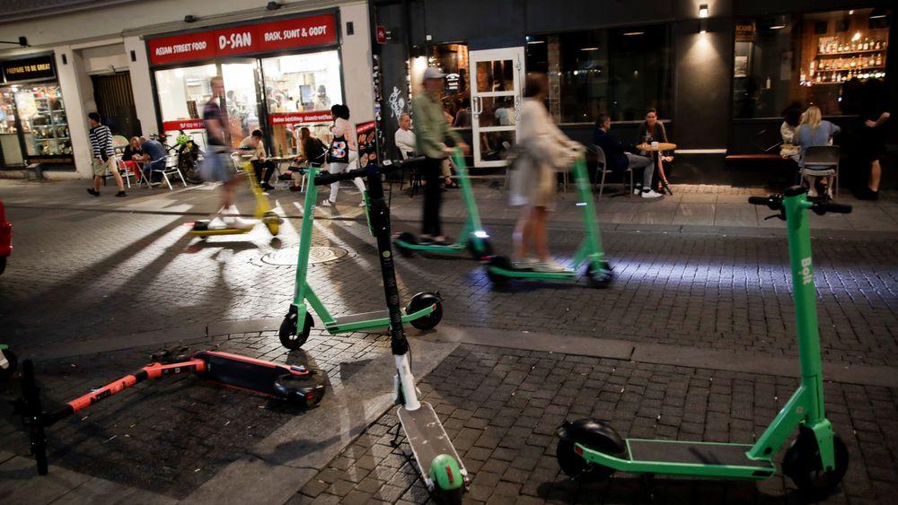 Oslo er den byen i verden med flest elmopeder eller elsparkesykler, som markedsaktørene kaller dem. Toppmodellene er bygget for en fart på opp mot 100 kilometer i timen, men de skal ha sperre på maks 20 kilometer i timen i Norge.