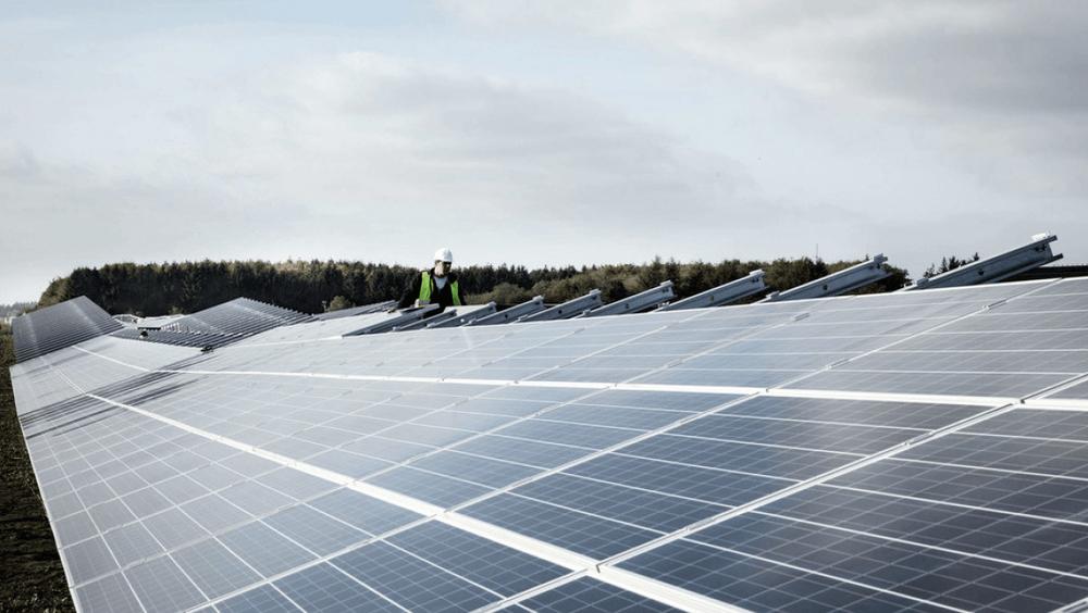 En lesere av danske Ingeniøren undres over hvorfor man ikke bruker areal som rundkjøringer og parkeringsplasser til solceller.