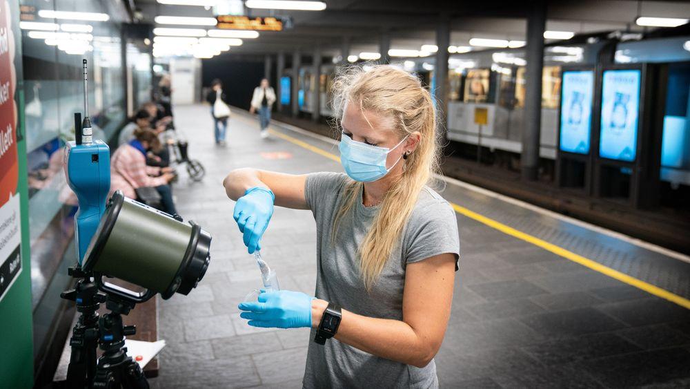 FFI-forsker Kari Oline Bøifot tar filteret ut av luftmåleren. Filteret skal testes for koronaviruset.