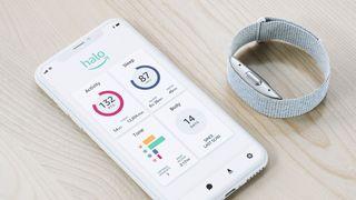Selskapet Amazon avduket torsdag et armbånd som ikke bare måler aktivitet, men som også vurderer hvor lykkelig brukerne er ut fra stemmene deres.
