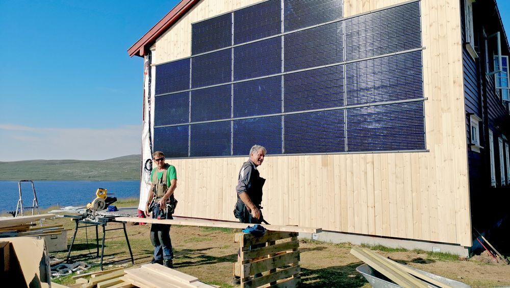 Ingeniør Martin Brunstad Høydal (f.v.), elektriker Torcato Viana og installatør og faglig ansvarlig Helge Engebø fra Getek jobber på anlegget på Hardangervidda. Getek installerer offgrid-anlegget på Rauhelleren, inkludert 210 solcellemoduler fordelt på både tak og vegger.
