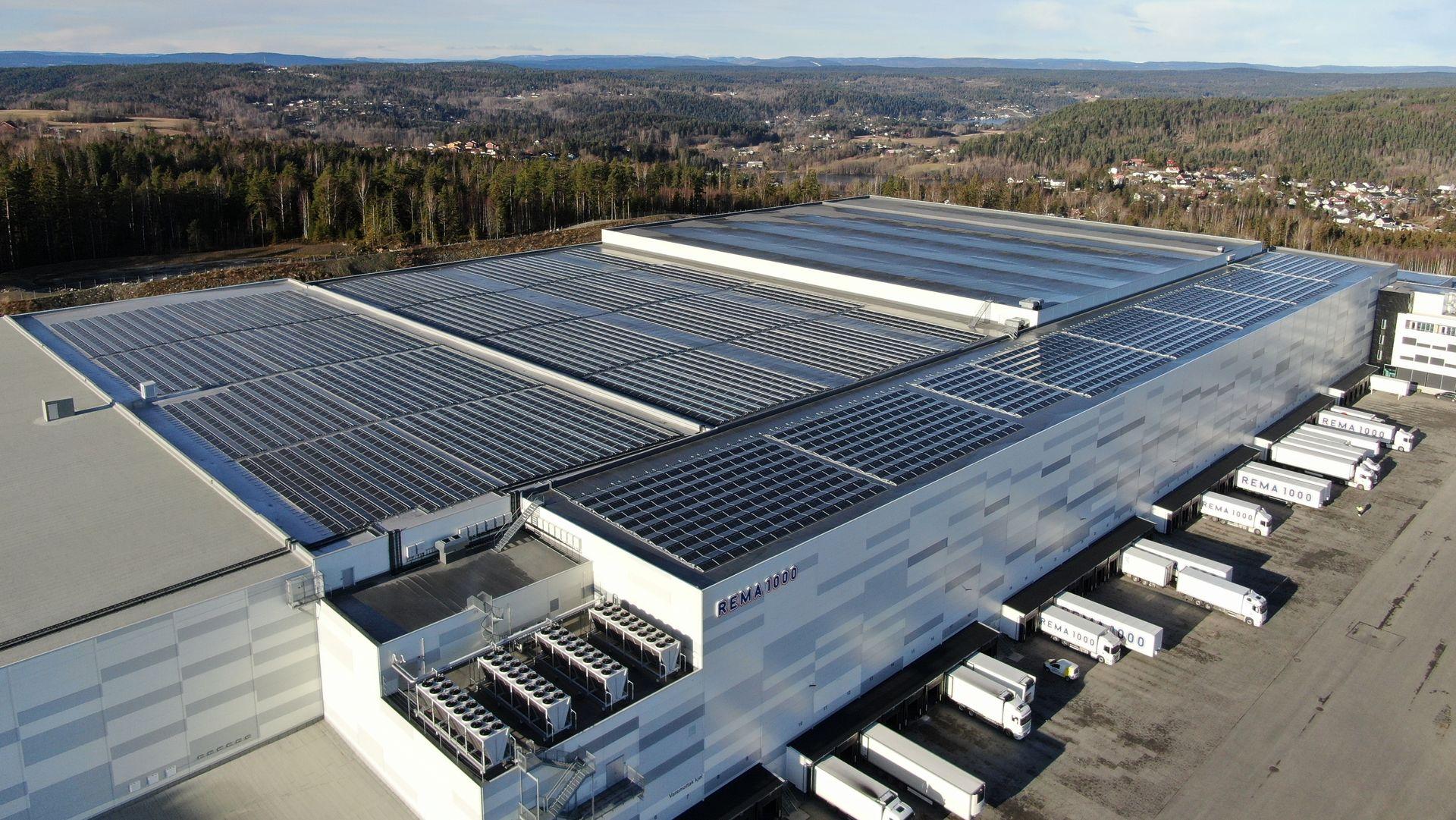 SOLSKINNSHISTORIE: Gjennom en rekke innovative løsninger er det oppnådd en kostnadsbesparelse på hele 15 prosent på solcelleanlegget på REMA 1000s nye lagerbygg.