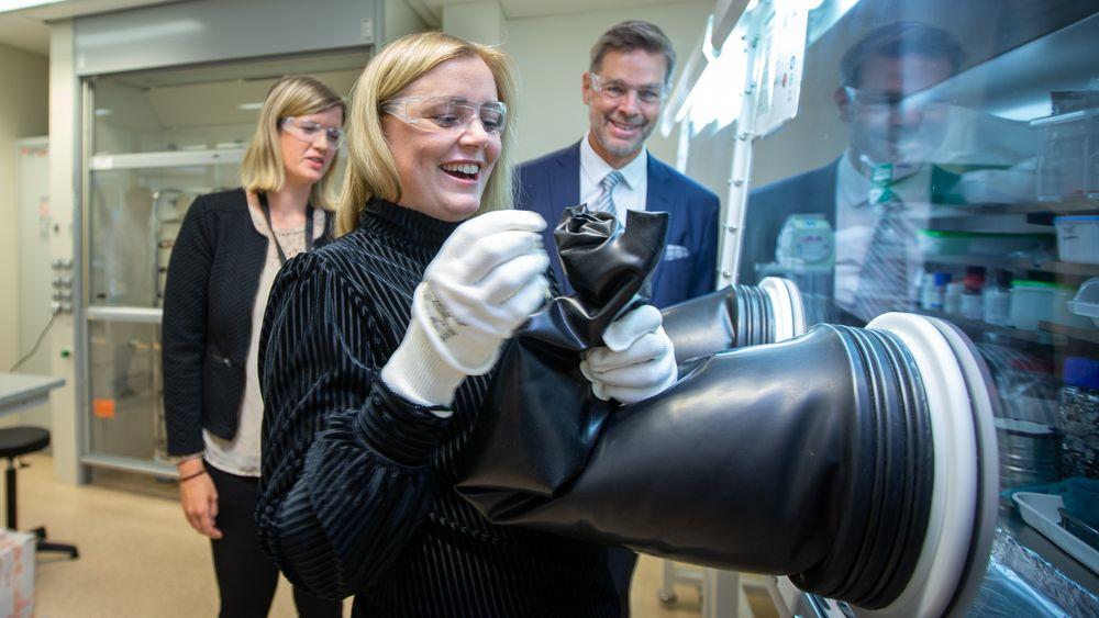 Tester batterilabben ved IFE: Olje- og energiminister Tina Bru under oppsikt av leder for batteriteknologi på IFE, Hanne Flåten Andersen og adm. direktør ved IFE, Nils Morten Huseby.