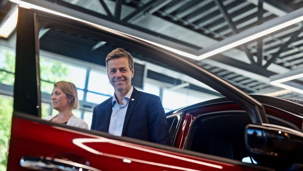 Knut Arild Hareide var tilstede på overrekkelsen av Nissan Leaf nummer 500.000 i Oslo tirsdag 1.9.2020. I bakgrunnen er Norsk elbilforenings leder, Christina Bu.