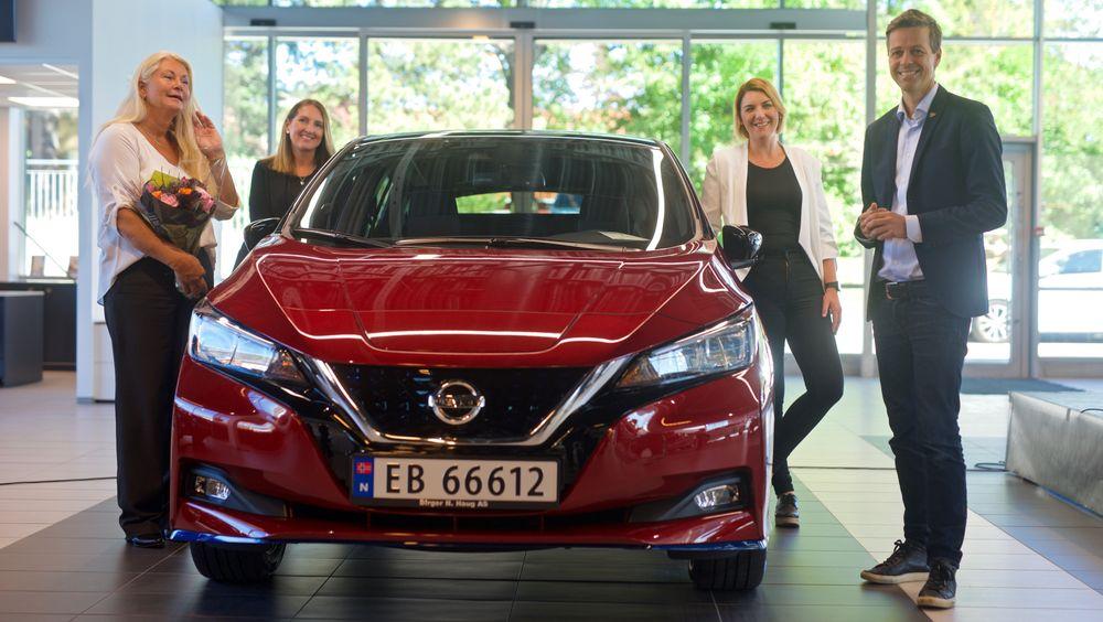 Fra venstre: Bileier Maria Jansen, Marina Maneas Bakkum i Nissan Norge, Christina Bu i Norsk elbilforening og samferdselsminister Knut Arild Hareide.