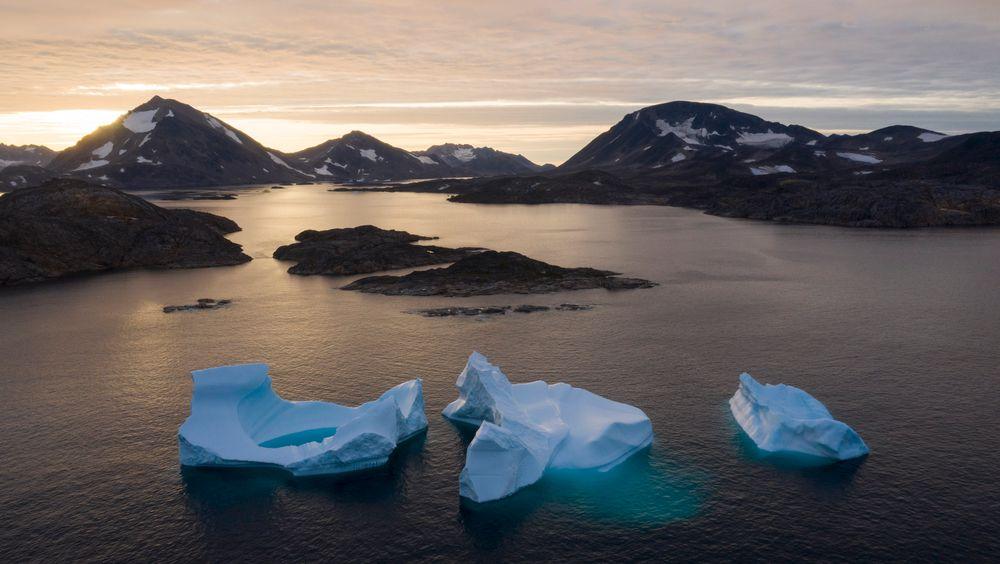 Isblokker i sjøen utenfor Kulusuk på Grønland. Nye tall viser at det forsvant 532 milliarder tonn is på Grønland i fjor, noe som var ny rekord.