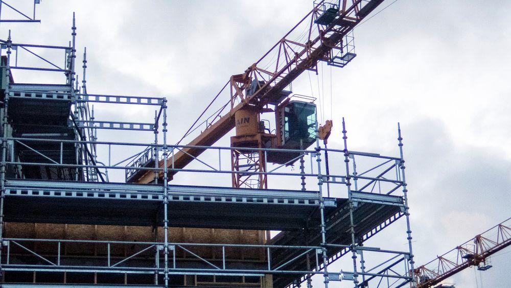 I bygg- og anleggsbransjen er sykefraværet 13,9 prosent høyere i andre kvartal i år enn i samme periode i fjor, ifølge Nav-tall. Her en byggeplass i Trondheim.