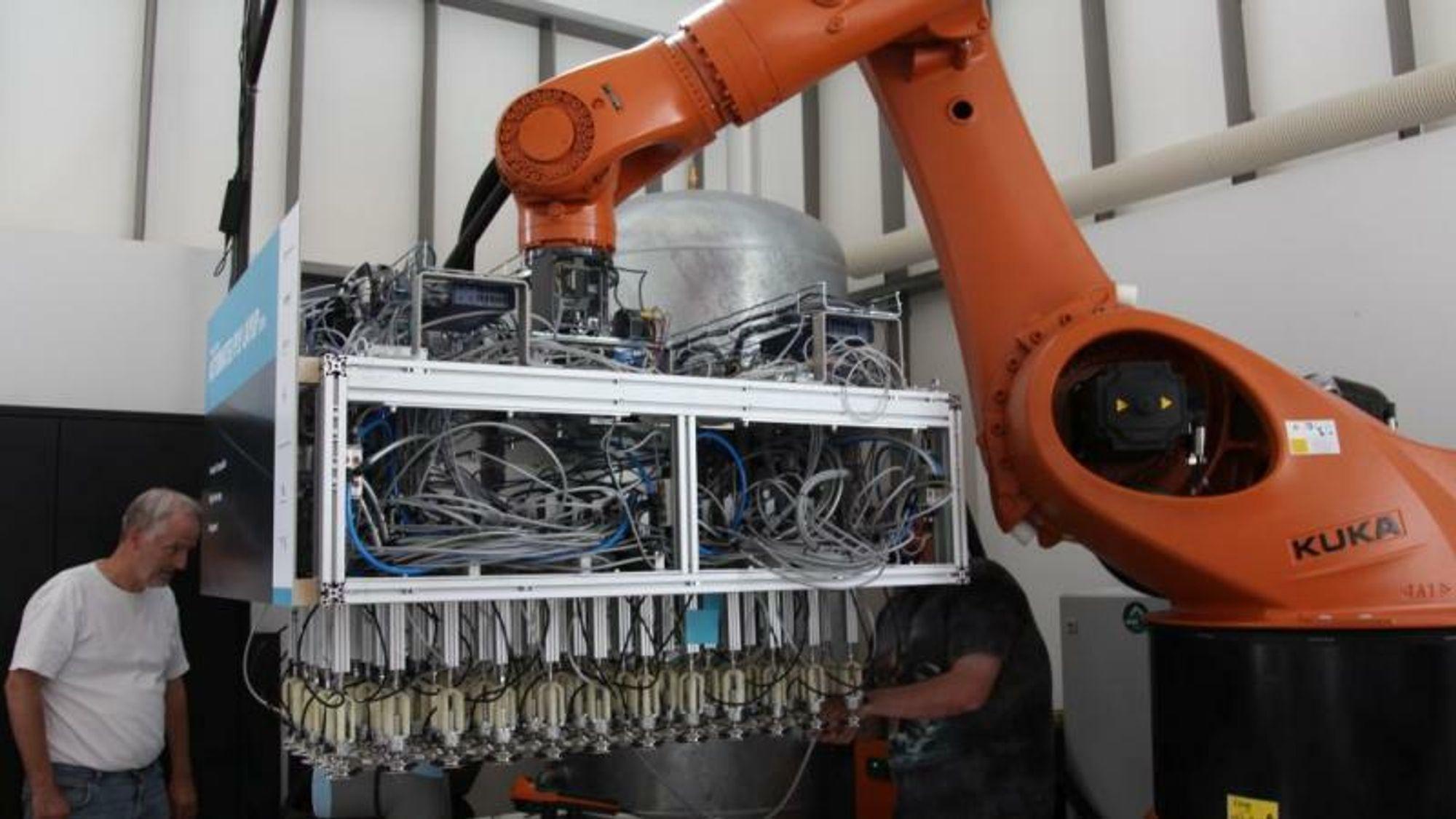 Automatiserer kompleks komposittproduksjon på fly med sugekopper
