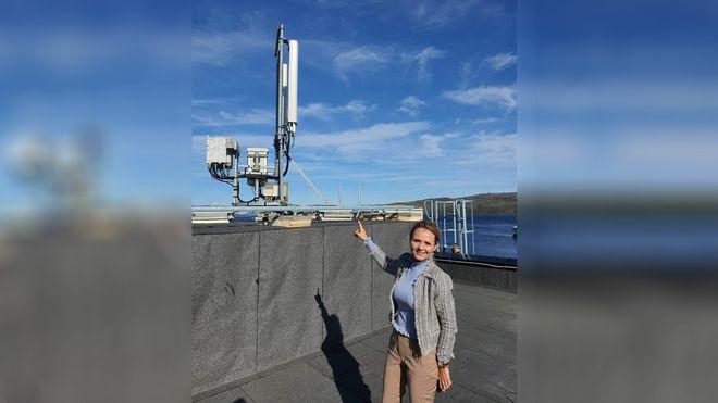 Linda Hofstad Helleland i Finnmark ved mobilmast