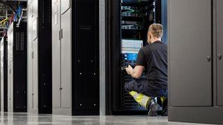 Serverrack i Apples datasenter i Viborg, Danmark.