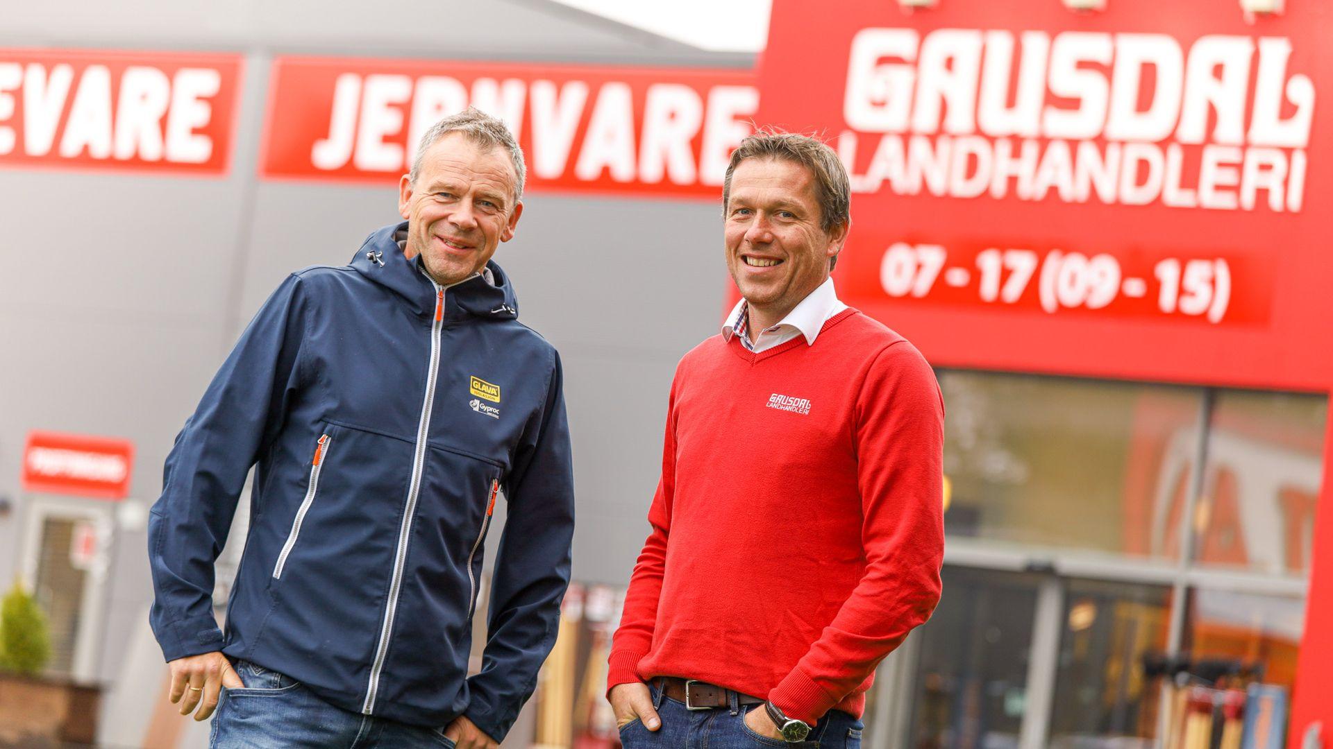 Bjørn Heggen  i GLAVA (t.v) og Ronny Bakken i Gausdal Landhandleri er enig i at digitalisering av vareleveransene gir store gevinster for byggebransjen.