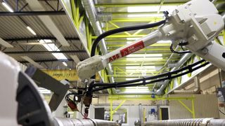 Blekksprut-roboten jobber på åtte sveisestasjoner samtidig