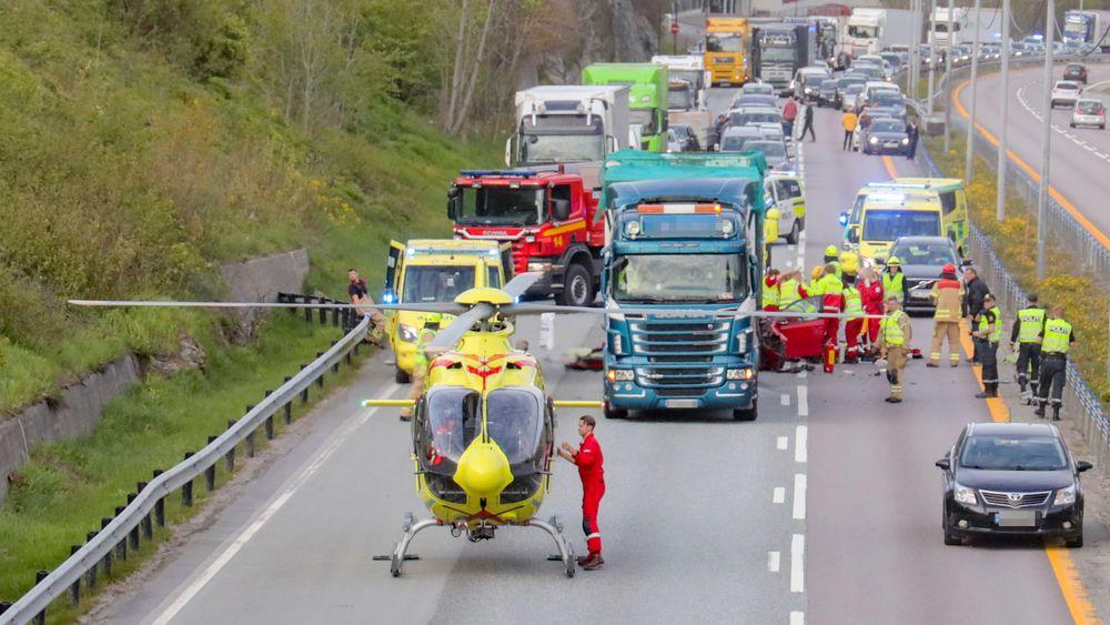 Ulykker som den på E18 utenfor Asker der en personbil kjørte inn i en lastebil som hadde fått motorstopp 20 minutter tidligere kunne trolig vært unngått dersom teknologien som kan få biler til å kommunisere ulykker seg imellom var på plass.