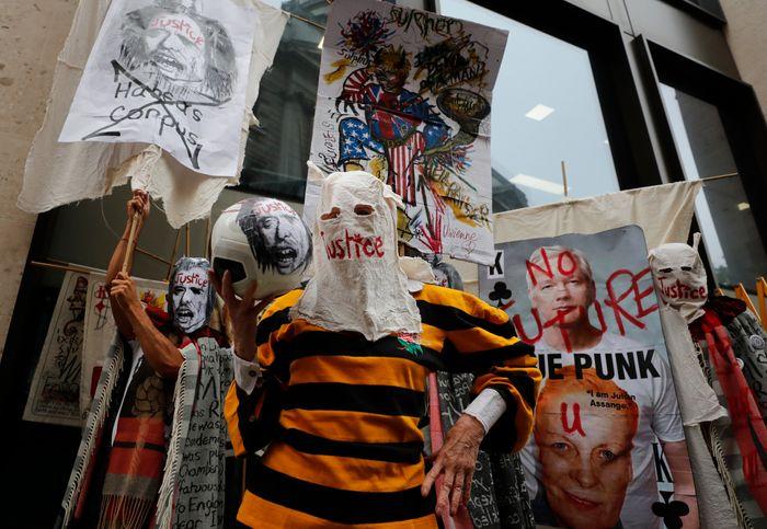 Den britiske motedesigneren Vivienne Westwood (i midten) var blant demonstrantene utenfor domstolen Old Bailey i London mandag.