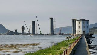 Torsdag skal det første av syv digre stålelementer på Lepsøybrua løftes på plass