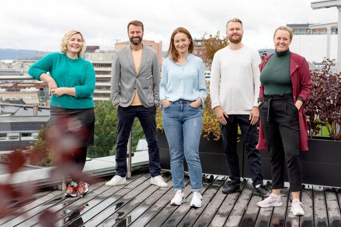 Dette er DNs nye produktteam: Fra venstre Ingrid Indseth (produktsjef), Kåre Henriksen (produktsjef), Trine Hanche Aasen (produktsjef), Joakim Nilsen (designer) og Julie Lundgren (strategi- og produktdirektør).