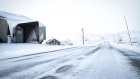 I VEGEN: Snøen låg i morgontimane torsdag på vegen. Klokka 14 torsdag seier fotograf Nestvold at snøen er vekke frå vegen, men at den framleis ligg i terrenget.