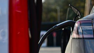 Tesla legger ned Supercharger-stasjonen i Aksdal, men åpner samtidig en ny rett i nærheten.