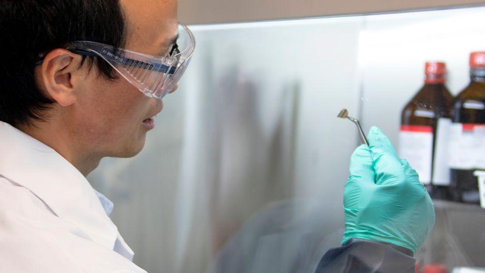 I testfasen settes battericellene sammen i hanskeboksen med luft uten oksygen eller fuktighet. Denne prosessen, som Fengliu Lou her gjør manuelt, skal industrialiseres.