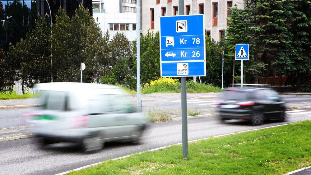 Bompengeinntektene i Norge vil krympe med 1,4 milliarder kroner fram mot 2030, ifølge ekspertutvalg. De anbefaler å fjerne elbilfordelene og vurdere veiprising.