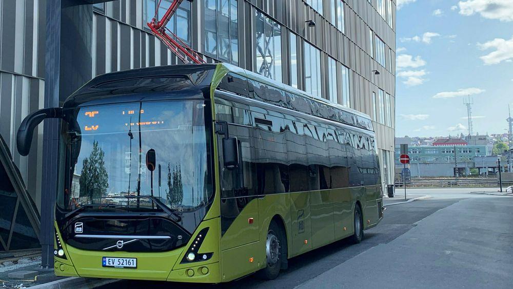Pantograf-ladere fra ABB skal lade 31 elbusser i Bodø fra sommeren 2021. Bildet er fra tilsvarende lading i Trondheim.