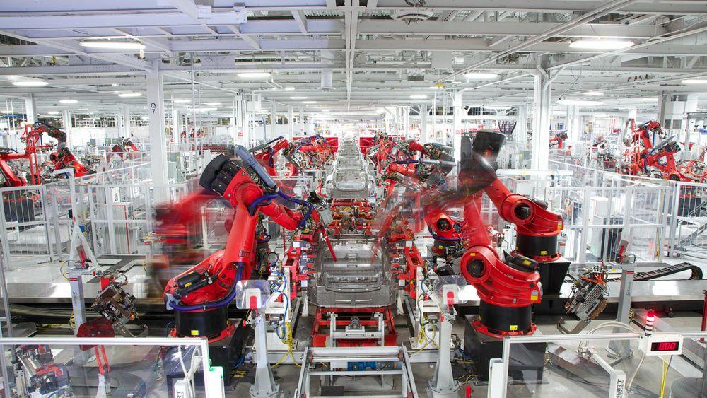 Fra bilproduksjon hos Tesla i California.