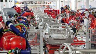 Bilprodusentene skal kutte utallige jobber de neste årene. Helelektriske Tesla går andre veien, og trenger folk.