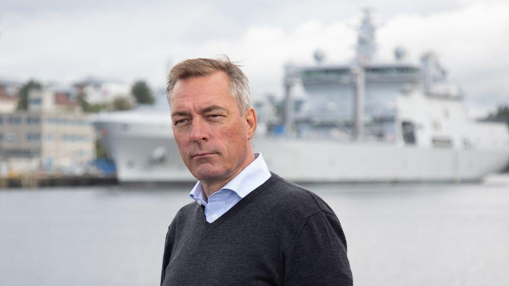 Forsvarsministrer Frank Bakke Jensen under et besøk om bord minerydderen KNM Rauma.