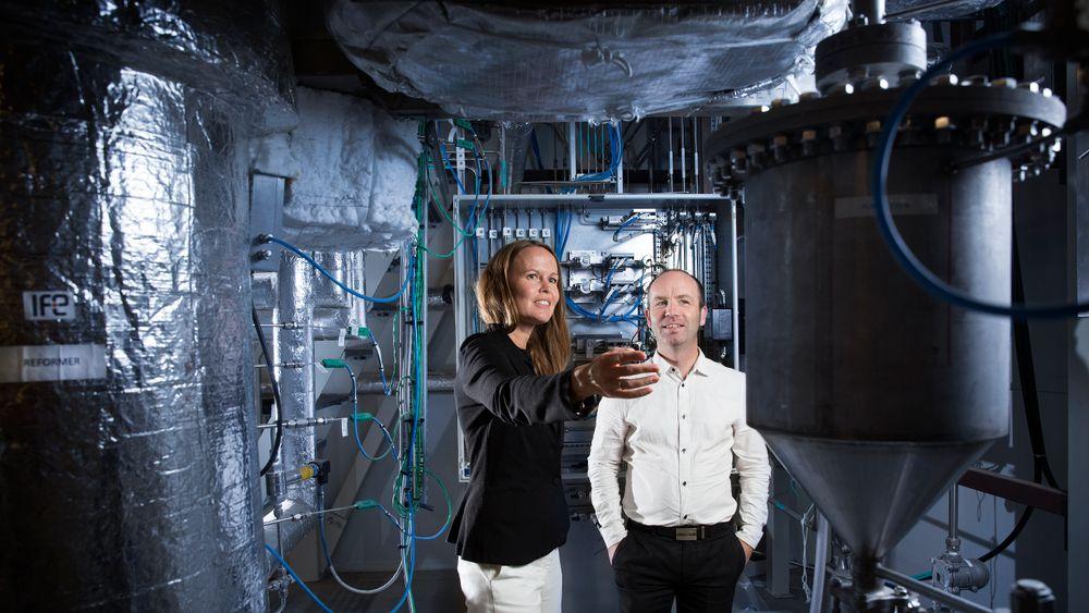 Teknologiens kjerne: I dette testanlegget har teknologidirektør Arnstein Norheim og administrerende direktør Kathrine K. Ryengen fått verifisert prosessene for å produsere ren hydrogen og ren CO2 fra naturgass eller biogass.