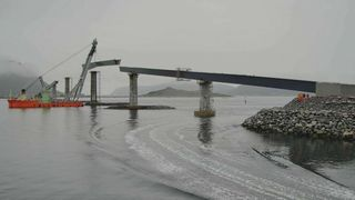 Norgesrekord bit for bit: Nå løftes det femte stålelementet til Lepsøybrua på plass