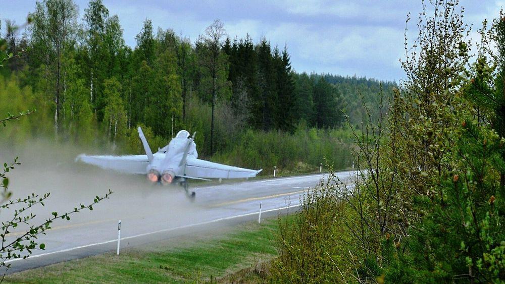 Finsk F/A-18C Hornet tar av fra en såkalt vägbas.