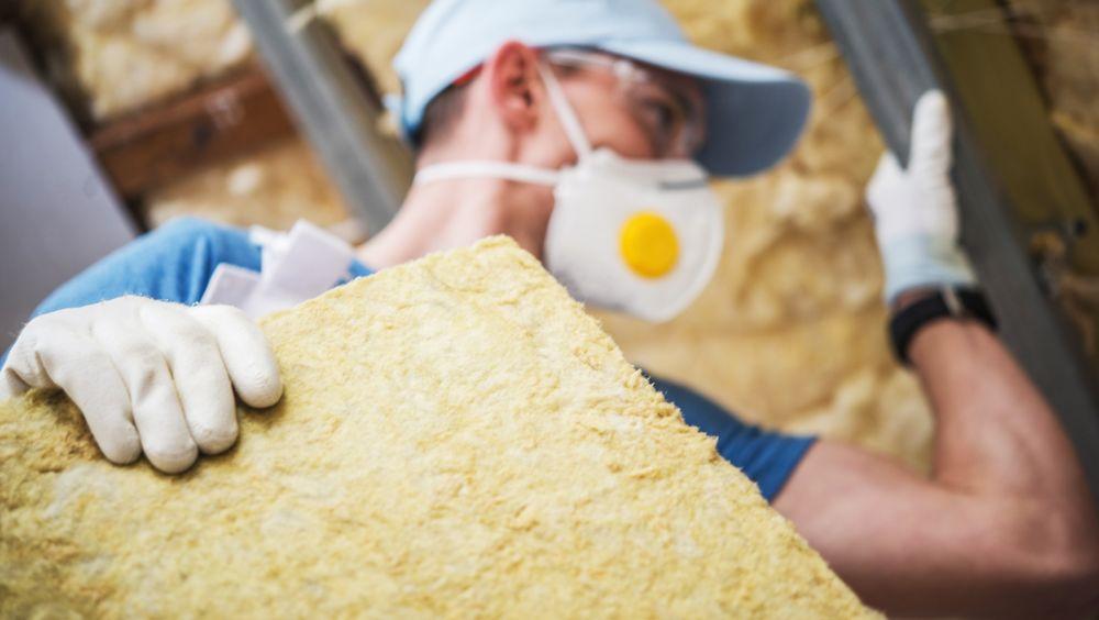 Hver dag håndterer danske håndverkere minst 70 tonn brukt mineralull. Det skal omfattes av landets strengeste arbeidmiljølover fra 2021.