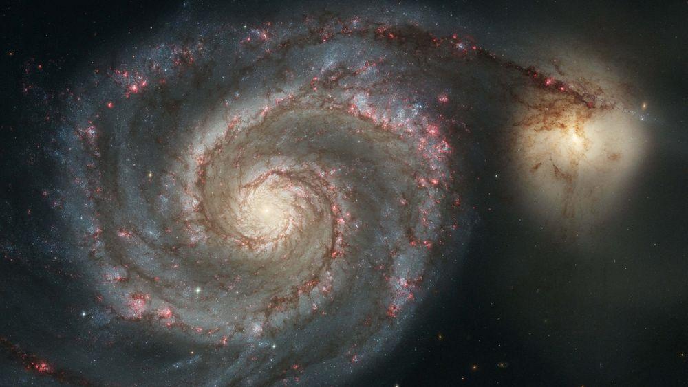 Nasa beskriver M51 som en majestetisk spiralgalakse. Den kalles også Malstrømsgalaksen eller Whirlpool Galaxy.