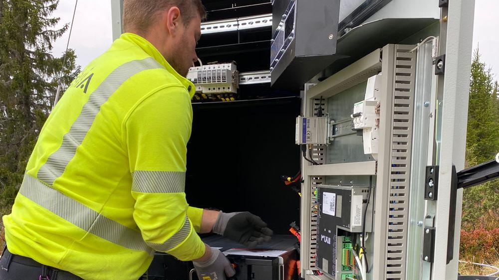 Hytteområdet Sjusjøen i Ringsaker har vokst seg stor som en norsk småby. Når hyttene i tillegg får elbil og annet effektkrevende utstyr, blir det hardt for lavspentnettet. Denne uken ble det første batteriet installert i en krets hvor det kan oppstå spenningsproblemer på sikt.