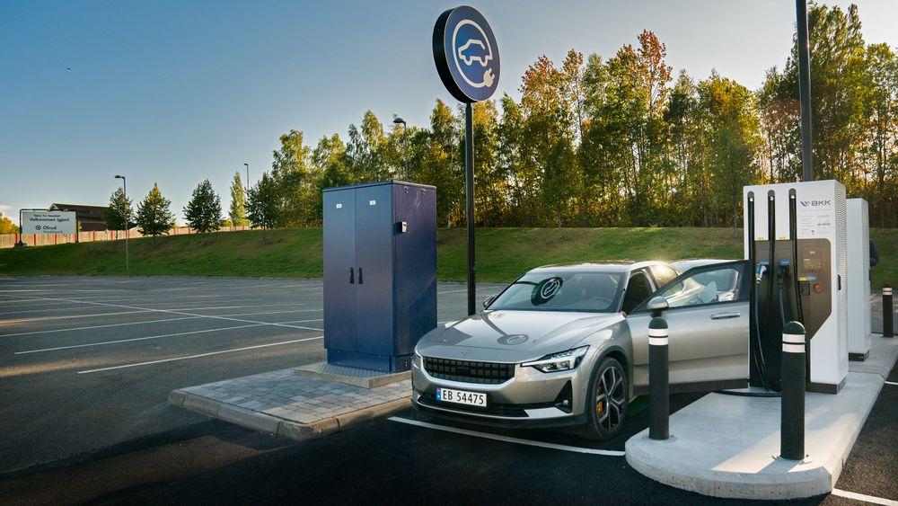 Arkivfoto av Polestar 2. Ifølge politiet tok det fyr i en elbil av dette merket i Oslo lørdag 10. oktober. Det avviser produsenten.