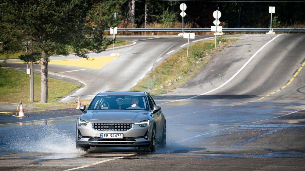 Test av elbilen Polestar 2. Glattkjøring.