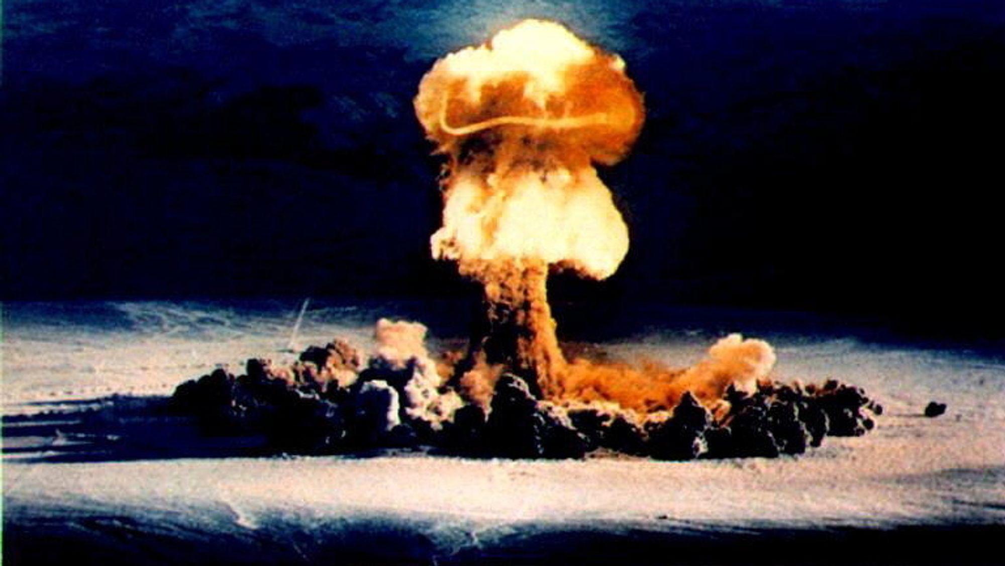 Siden den kalde krigens slutt har både Russland og USA redusert sine atomvåpenarsenaler, inkludert antallet landbaserte missiler. Bildet er fra en amerikansk prøvesprenging i Nevada på 1950-tallet.