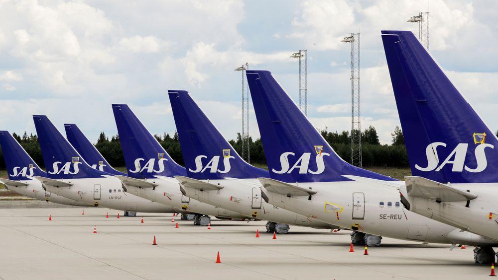 SAS har en rekke fly stående på bakken ved Gardermoen.