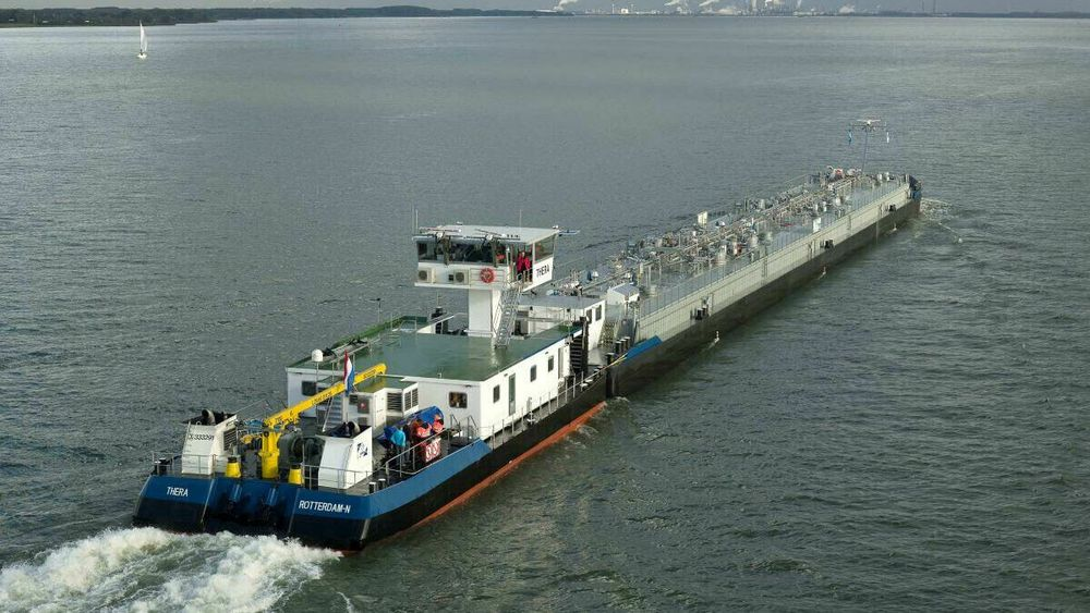 Taubåten Thera skyver kjemikalielekter. Taubåt og lekter er begge 11,4 meter brede. Taubåten har en installert effekt på 2,5 MW. I EU-prosjektet «Green hydrogen@Blue Danube» er det aktuelt å erstatte ett generatorsett med en 1,2 MW brenselcelle på en tilsvarende elevebåt. På sikt kan det bli bygget 40-60 elvebåter med kun brenselceller for framdrift.