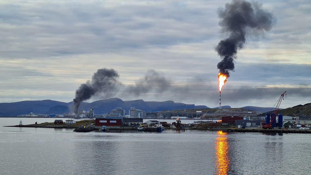 Store mengder svart røyk og fakling av gass på Melkøya mandag ettermiddag. Foto: Kristiane Mauno Krystad