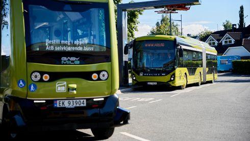 På Øya i Trondheim kjører det rundt en buss, helt på egen hånd. Autonom buss - smarte byer - selvkjørende buss - AtB Andreas Enge