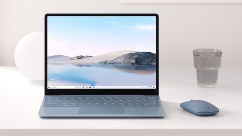 Microsoft Surface Laptop Go på et arbeidsbord.