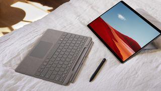 Microsoft Surface Pro X er todelt.