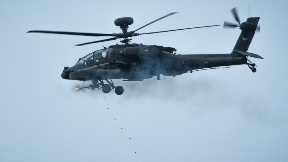 Her er M230 i aksjon på et AH-64 Apache. Nå skal den samme maskinkanonen brukes på en ny våpenstasjon fra Kongsberg.