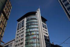Capra opptar de to øverste etasjene i dette bygget midt på Jernbanetorget.