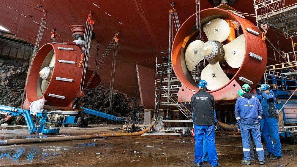 Verftene er motoren i maritim næring. Hver arbeidsplass skaper opptil fem ekstra arbeidsplasser. Her monteres Brunvoll-propeller på Nexans Aurora i tørrdokken til Ulstein Verft.