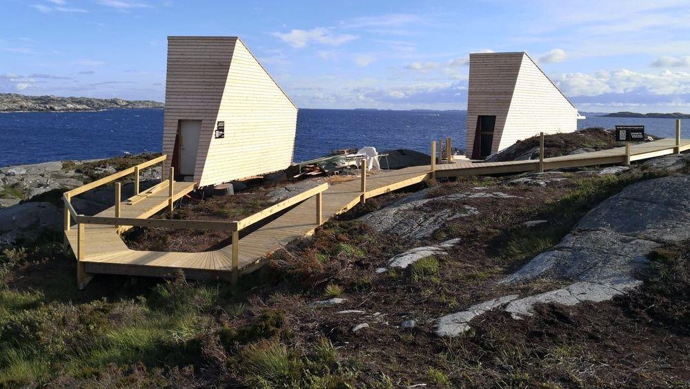 Hyttene er ikke så hermetiske som det kan se ut til her. Mot havet er det peis og store vinduer.
