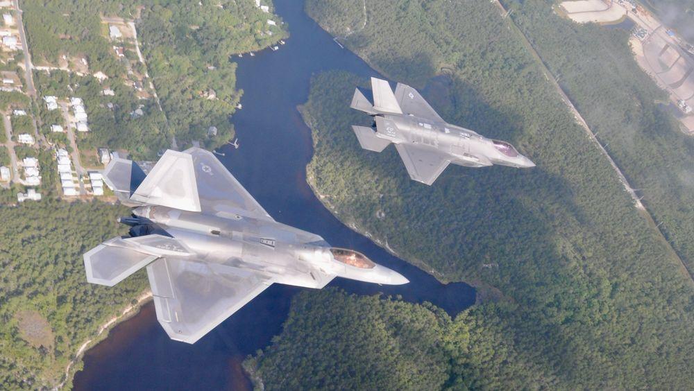 Et F-22A Raptor (nærmest) og et F-35A Lightning II sammen i lufta i nærheten av Eglin den 15. mai i år. Samme dag havarerte et F-22, og fire dager senere et F-35.